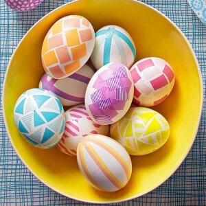 пасхальные яйца, обклеенные цветной бумагой